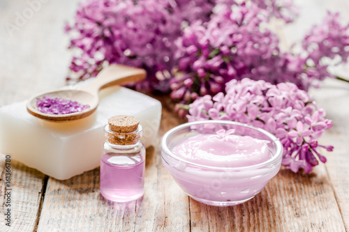 Pinturas sobre lienzo  organic salt, cream, extract in lilac cosmetic set with flowers on wooden table