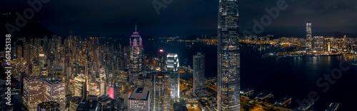 widok-z-lotu-ptaka-na-nocna-panorame-miasta-hong-kong