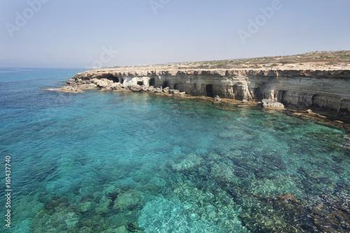 La pose en embrasure Chypre Sea caves of Cavo greco cape. Cyprus. Mediterranean sea