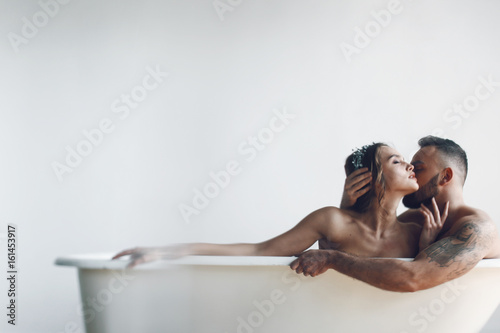 Photographie Man kisses woman tender while they rest in the bath