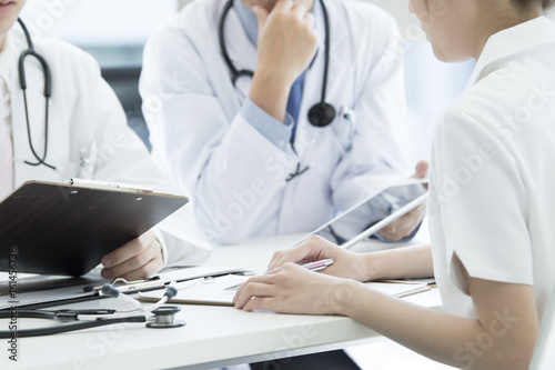 Carta da parati Doctors and nurses are meeting while watching the tablet