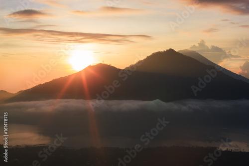 aktywny-wulkan-wschod-slonca-z-gory-mount-batur-bali-indonezja