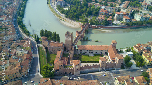 Photo Aerial video shooting with drone of Verona, city on the Adige river in Veneto fa
