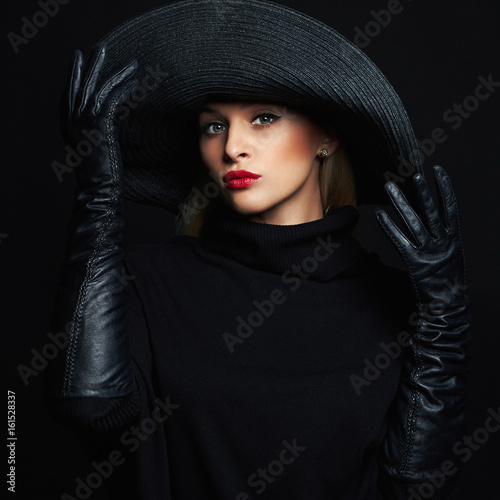 Photo  Beautiful woman in hat and leather gloves