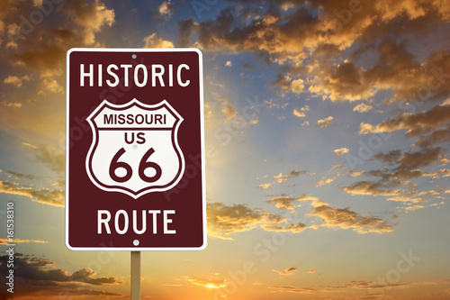 Keuken foto achterwand Route 66 Historic Missouri Route 66 Brown Sign with Sunset