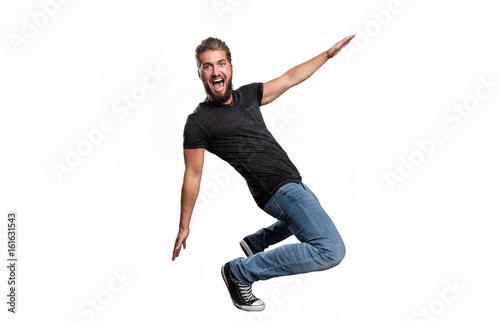 begeisterter Mann in T-Shirt und Jeans bei  Sportübungen Fototapete