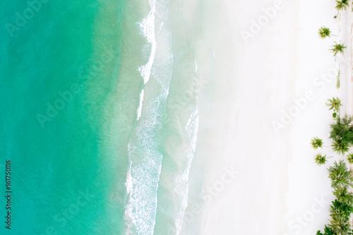 odgorny-widok-piekna-biala-piasek-plaza-z-turkusowa-woda-morska-i-drzewkami-palmowymi