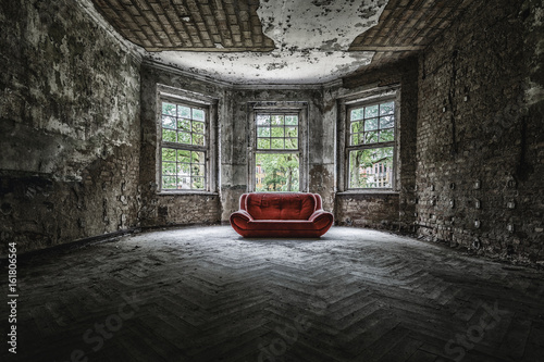 Fotografie, Obraz  Altes Sofa  an einem Lost Place