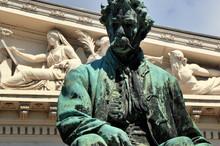 János Arany - Denkmal Vor Dem Ungarischen Nationalmuseum