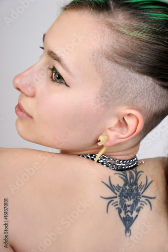 Frau Cool Modern Mit Tattoo Und Undercut Frisur Buy This Stock