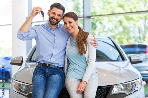 Fototapeta Young couple buying a car  obraz
