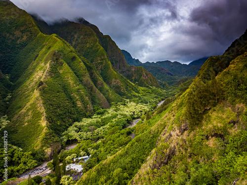 gory-na-wyspie-maui-na-hawajach-w-pochmurny-dzien