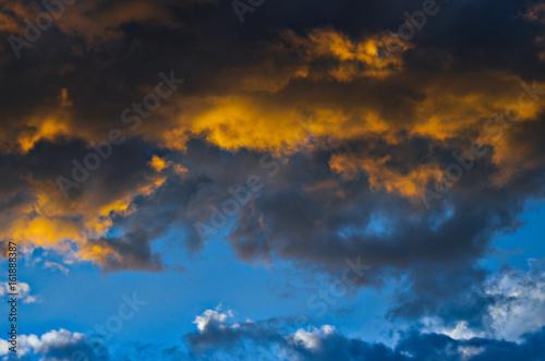 Plakat Dramatyczny zmierzchu niebo z kolorowymi chmurami po burzy