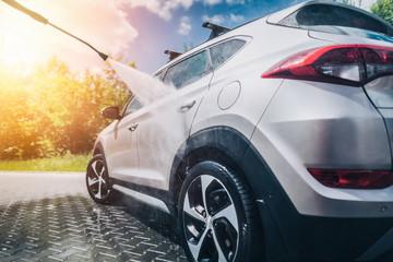Ręczna myjnia samochodowa wodą pod ciśnieniem.