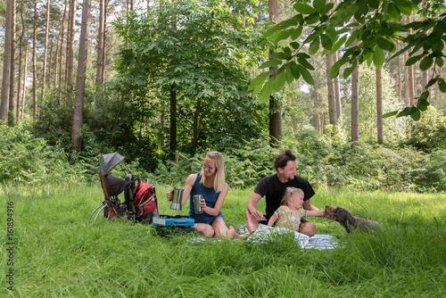 In de dag Kamperen Backpackers family dining in nature