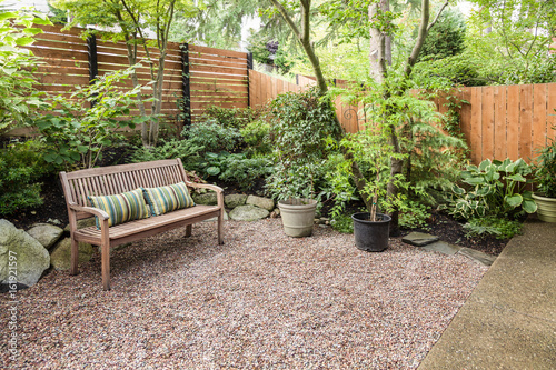 Foto Comfortable urban backyard with bench
