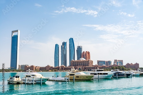 Cadres-photo bureau Abou Dabi Cityscape of Abu Dhabi with the most expensive hotel in the world - the Emirates Palace Hotel, view from marina, Abu Dhabi emirate, United Arab Emirates