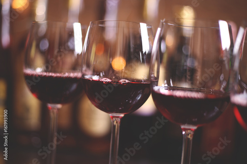 Photo  Wine glasses with red wine in the bar