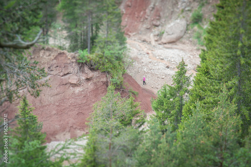 Valokuva Tilt shift effect of tourist in the Bletterbach canyon, Dolomites, Italy