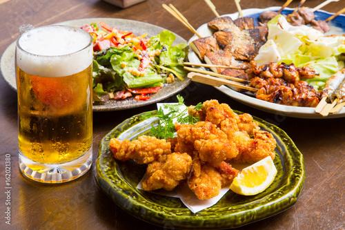 Fototapeta 居酒屋の生ビールと料理