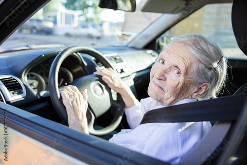 Fotografía Senior woman driving car on sunny day