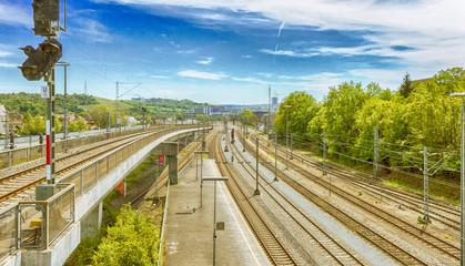 Fototapeta na wymiar Schienenstrecke in die Stadt