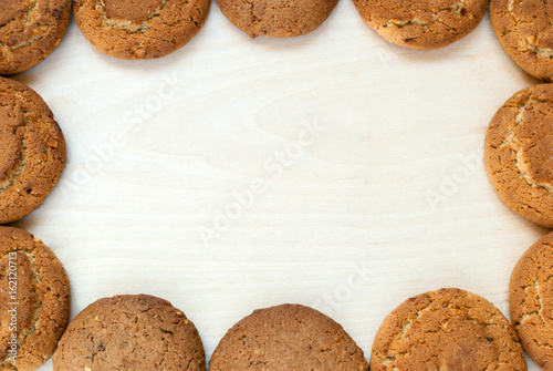 Crédence de cuisine en verre imprimé Biscuit Oatmeal cookies on a wooden table. Frame of cookies, top view.