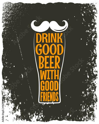 szklanka-piwa-z-pomaranczowym-napisem-i-biale-hipsterskie-wasy