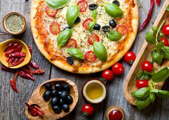 FototapetaPyszna pizza ze świeżą bazylią