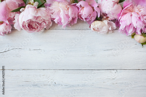 Pink peonies on a wooden background Fototapete