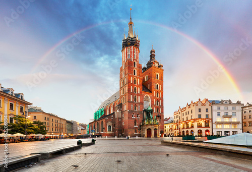 In de dag Krakau St. Mary's basilica in main square of Krakow with rainbow
