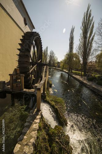Fotobehang Molens Alte wassermühle neben einem Bach in Ungarn, Tapolca