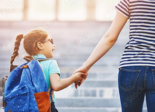 Plakat Rodzic i uczeń chodzą do szkoły