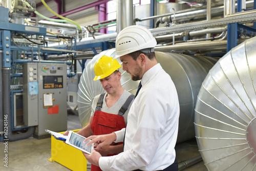 Besprechnung Techniker und Ingenieur in einem Werk - reparatur einer Industrieanlage // Technician and engineer in a factory repairing an industrial plant