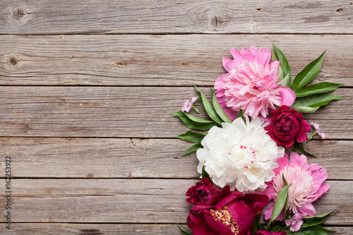 Poster de jardin Dahlia Garden peony flowers on wood