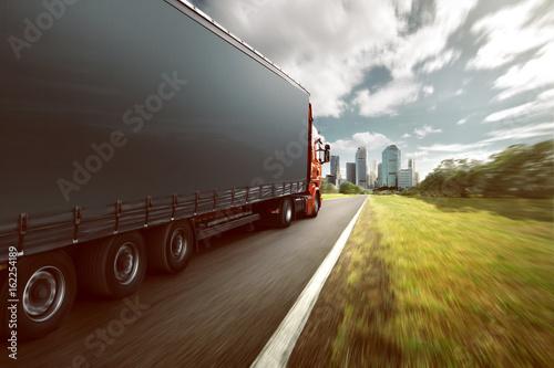 Plakat Ciężarówka na autostradzie w kierunku miasta