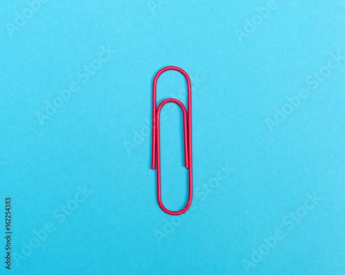 Fotografía  Big paper clip on a bright blue background