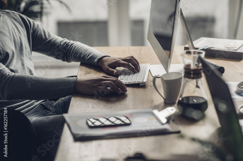 Photo Unrecognizable Businessman Typing