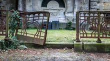 Verfallenes Grab Mit Altem Tor Auf Friedhof