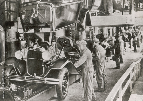 Fotografie, Tablou  Ford Assembly Line 1929. Date: 1929
