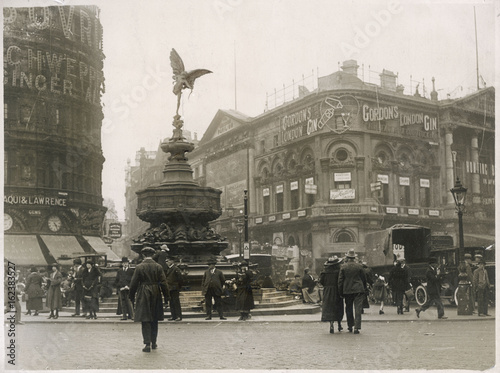 Photo  Piccadilly Circus - 1925. Date: 1925