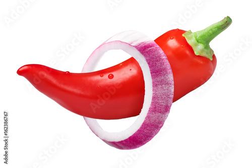 Cebulkowy pierścionek na strąku papryki chile