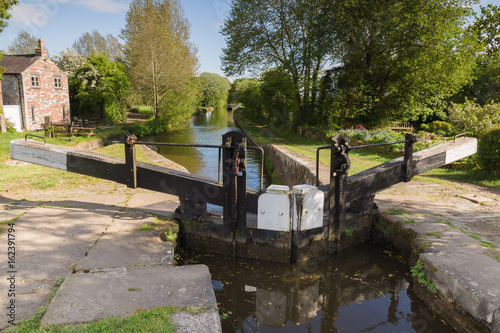 Poster de jardin Canal Lock Gates on the Shropshire Union Canal in England