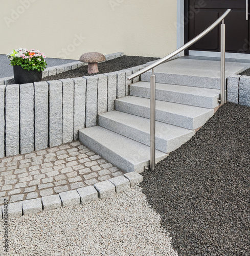 Moderne Außentreppe Aus Naturstein Mit Edelstahlgeländer Und Steingarten    Contemporary Outdoor Staircase In Natural Stone With