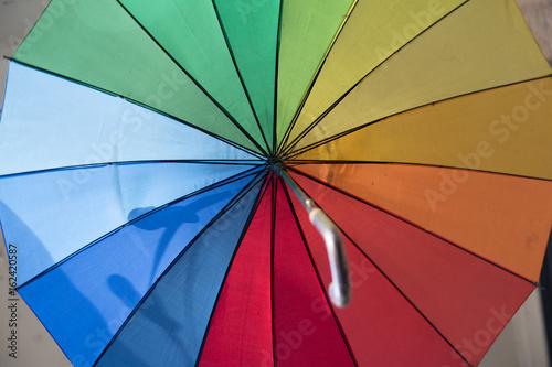 Fotografía  Paraguas con los colores del arco iris en Budapest