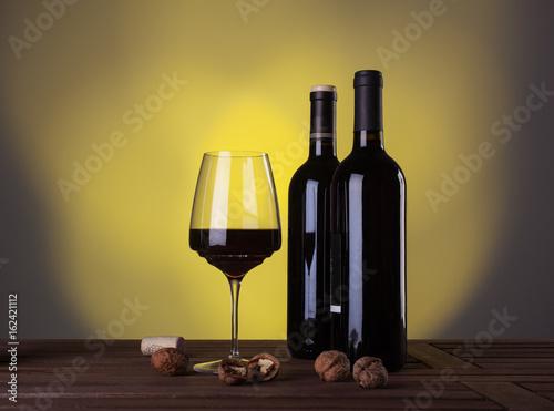 wloskie-wytrawne-czerwone-wino-na-tle-ciemnozoltej-sciany