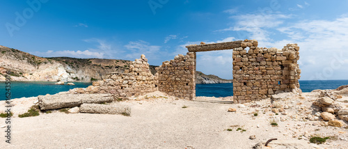 Poster Ruine Panoramic view of the ruins of an ancient building in the picturesque village of Firopotamos on Milos Island. Cyclades, Greece.