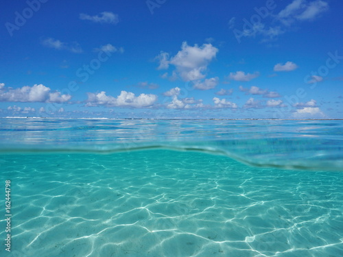 Fotografía  Seascape over and under sea surface, tropical lagoon with cloudy blue sky and un