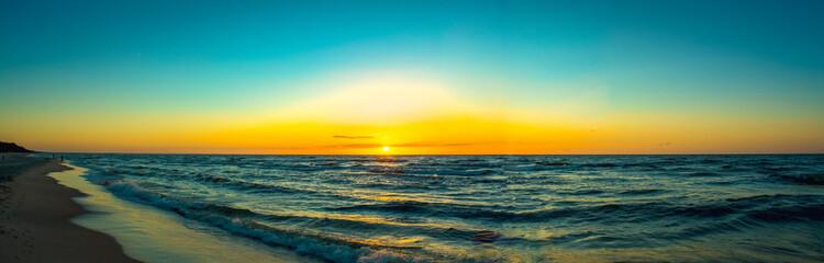 Zachód słońca nad polskim morzem.