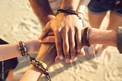 Fotografía  Close up of hands holding together